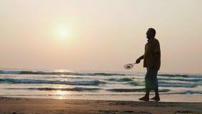 Aktiva höga par som spelar bollen för tai-chiballon på stranden i ultrarapid stock video