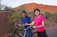 Aktiva höga par som blir sunda och fit Arkivbilder