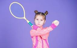 Aktiva lekar Sportuppfostran Liten cutie gillar tennis Lager f?r sportutrustning Lektennis f?r gyckel Litet behandla som ett barn arkivbild