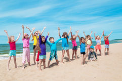Aktiva lyckliga barn på stranden Royaltyfria Bilder