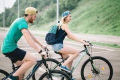 Aktiva par på en cykel rider i bygden på en solig dag royaltyfria bilder