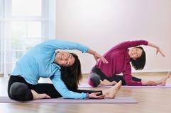 Aktiva sportive mogna kvinnor som gör övning i konditionstudio Royaltyfria Bilder