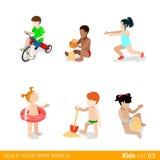 Aktiva strandsemesterbarn på lek som uppfostrar f Arkivbilder