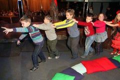 Aktiva utomhus- ungar spelar under riktningen av den Santa Claus och skådespelaretecknareteatern Smeshariki Arkivfoton
