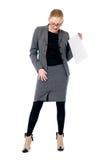 Aktivaffärskvinnan med ett tomt täcker av pappers- Royaltyfri Foto