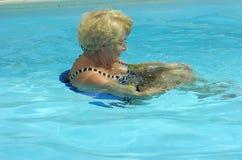 Aktive ältere Frauenschwimmen stockbilder