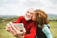 Aktive ältere Läufer in der Natur, die Foto mit intelligentem Telefon macht stockfoto