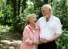 Aktive ältere Paare Copyspace lizenzfreie stockfotos