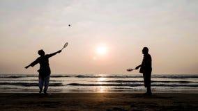 Aktive ältere Paare, die tai-Chi Ballonball am Strand spielen lizenzfreie stockfotografie