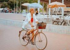 Aktive alte Frau, die ein Fahrrad reitet lizenzfreie stockbilder