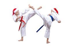 Aktive Athleten in der Kappe von Santa Claus geschlagenen Tritten lizenzfreie stockbilder