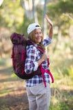 Aktive attraktive Frau, die mit Rucksack wandert stockfotografie