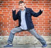 Aktive Aufstellung des jungen Mannes Stockfoto