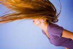 Aktive blonde Frau mit dem langen Haar in der Bewegung Stockfotografie
