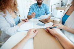 Aktive Diskussion bei der Sitzung lizenzfreie stockfotografie