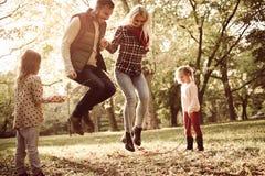 Aktive Familie im Park Tag für Natur stockfotografie