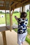 Aktive Frau an der Gewehr-Reichweite Stockfoto