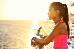 Aktive Frau, die nach Lauf am Kreuzfahrtfeiertag sich entspannt Stockfotos