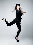 Aktive Frau im schwarzen Hut. Studioschuß Stockfoto