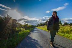 Aktive Frau von mittlerem Alter, die entlang das Straßensenior individua geht stockfoto