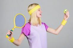 Aktive Freizeit und Liebhaberei Entz?ckendes blondes Spieltennis des M?dchens Anfangsspielspiel Sport f?r Instandhaltungsgesundhe lizenzfreies stockbild