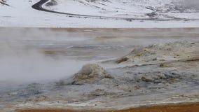 Aktive Fumarole in Island 4K nähern sich Bergen stock footage
