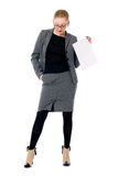 Aktive Geschäftsfrau mit einem leeren Blatt Papier Stockfotografie
