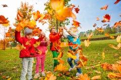 Aktive Gruppe Kinderspiel mit Fliegen verlässt Stockfotos