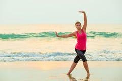 Aktive junge Frau, die Übungen tut Stockbild