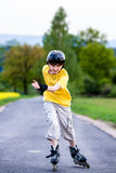 Aktive junge Leute - Rollerblading, fahrend Skateboard Lizenzfreie Stockfotografie