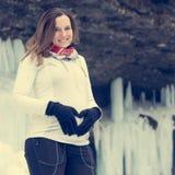 Aktive junge schwangere Frau, die ein Herz auf ihrem Bauch bildet lizenzfreies stockfoto