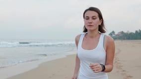 Aktive Lebensstilfrau, die Technologie smartwatch intelligente Uhr schaut Nahaufnahmemakroabschluß herauf Armstrand-Touch Screen  stock footage