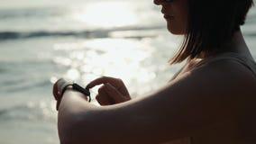 Aktive Lebensstilfrau, die Technologie smartwatch intelligente Uhr schaut Nahaufnahmemakroabschluß herauf Armstrand-Touch Screen  stock video footage