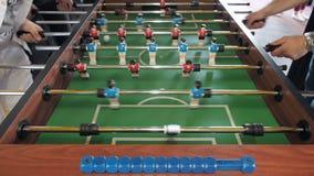 Aktive Leute, die foosball spielen Tabellenfußball plaers Tischfußball des Freundspiels zusammen stock video