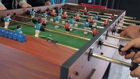 Aktive Leute, die foosball spielen Tabellenfußball plaers Tischfußball des Freundspiels zusammen stock footage