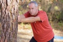 Aktive Mitte alterte den Mann, der Morgengymnastik am Morgen tut lizenzfreies stockbild