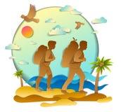 Aktive Paare, die zum wilden Strand mit Seemeereswogen und -palme wandern lizenzfreie abbildung