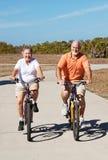 Aktive pensionierte Ältere auf Fahrrädern Stockfotografie