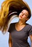 Aktive schöne Frau mit dem langen beweglichen Haar Stockbild