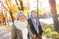 Aktive Senioren in der Stadt Stockfotos