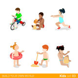 Aktive Strandferienkinder am Spiel f erziehend Stockbilder