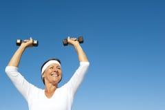 Aktiver älterer Frauenhimmelhintergrund Lizenzfreies Stockfoto
