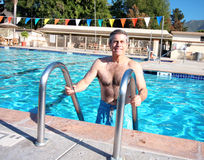Aktiver Älterer im Pool stockfoto