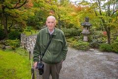 Aktiver älterer männlicher Fotograf lizenzfreies stockfoto