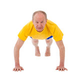 Aktiver älterer Mann. Drücken Sie Ups lizenzfreie stockbilder