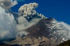 Aktiver ausbrechender Cotopaxi-Vulkan Stockbilder