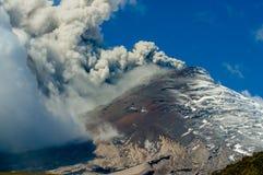 Aktiver ausbrechender Cotopaxi-Vulkan Stockfotos