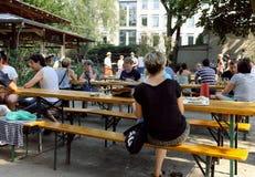Aktiver Berlin-Biergarten an einem sehr heißen Sommertag im Jahre 2015 stockbilder