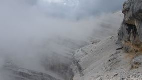 Aktiver Feiertag des schönen Sommers in den Dolomit stock footage