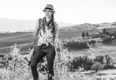 Aktiver Frauenwanderer auf Toskana-Wanderung, die Abstand untersucht Lizenzfreies Stockbild